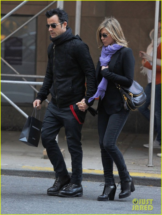 jennifer-aniston-justin-theroux-hold-hands-nyc-03 (529x700, 88Kb)