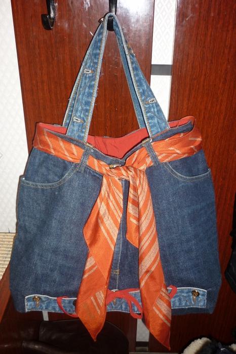 сумка из старых джинс и платок для украшения - всё просто.