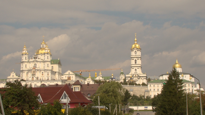 1325797692_20110901_StDormisionLavraPochajiv_StAssumption_cathedral_on_General_view_from_South_Paul_V_LashkevichDSC01296 (700x394, 147Kb)
