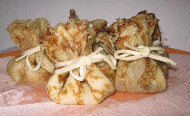 Мешочки из блинов с грибами