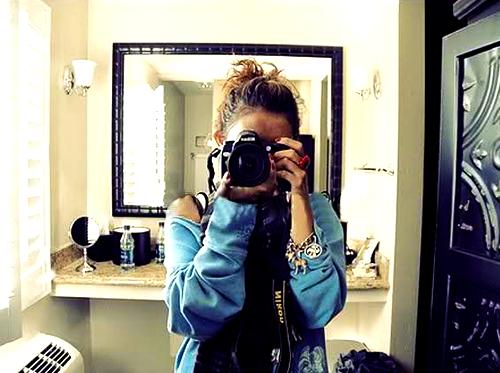 девушка с фотиком перед зеркалом проститутка порно
