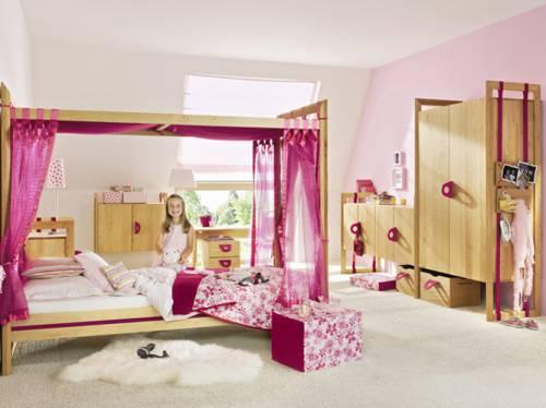 Кровать-подиум в детской комнате для девочки.