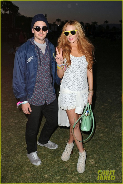 lindsay-lohan-coachella-with-michael-lohan-jr-03 (467x700, 105Kb)