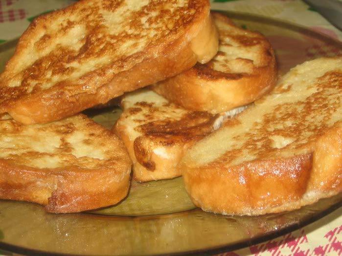 Еще более сытными и ароматными будут гренки с сыром и яйцом - просто объеденье!