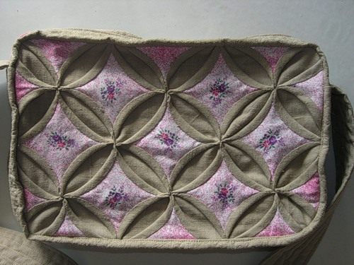 4f6a3cd91656 Сделав две базовые детали, начинаем оформлять сумочку. Вырезаем из ткани  длинную полосу шириной около 8 см для боковых частей сумки, по краю  пришиваем две ...