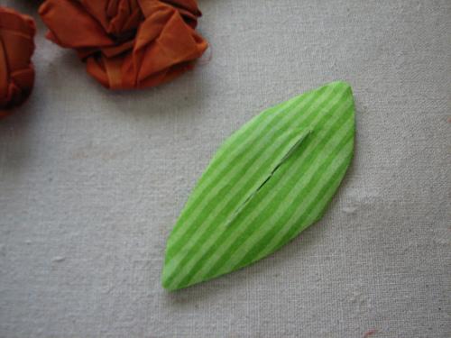 5. Дополните ваши розы объемными листочками из ткани, как показано на...