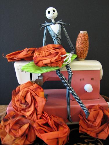 Посмотрите отличнейший мастер клаас как сшить розу из ткани...