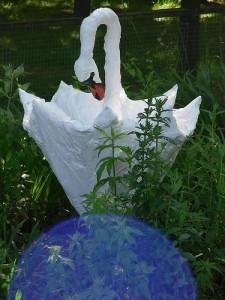 Лебедь из старого зонта и мусорного пакета.