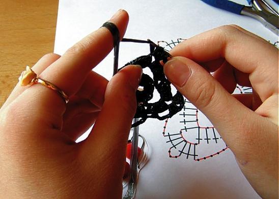 Закончив вязание, полиэтиленовую нитку не отрезаем, а продеваем в...