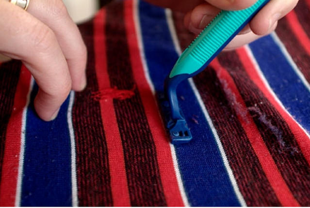 10 способов как убрать катышки с одежды
