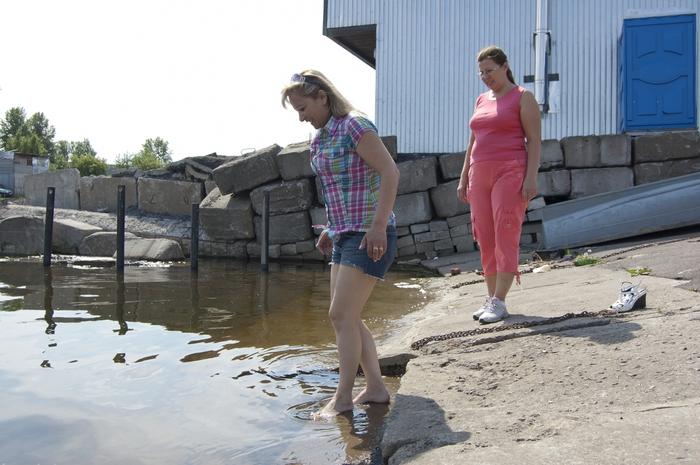 девушки купаются не снимая одежду видео южном