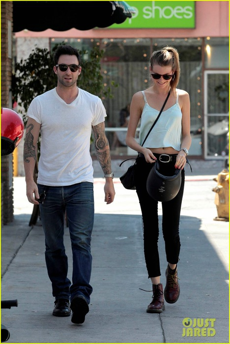adam-levine-behati-prinsloo-mustard-seed-cafe-couple-04 (468x700, 90Kb)