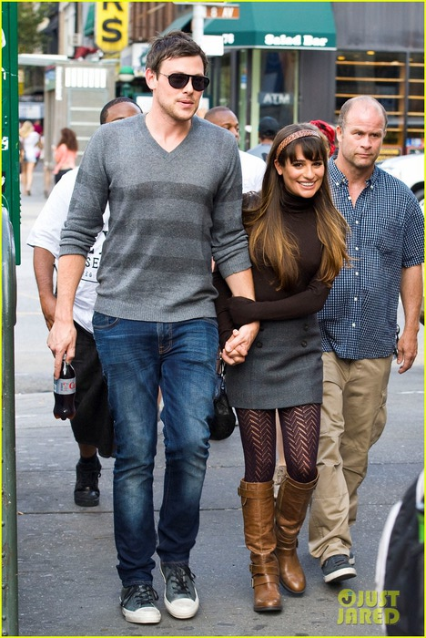 lea-michele-cory-monteith-holding-hands-on-glee-set-07 (468x700, 125Kb)