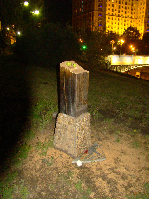 1345240858_20120817_Kyiv_Maidan_Nezalrjnosti__Vandalism__Cross_with_The_Crucifixion_of_Christ_was_ruined_DSC02561 (525x700, 203Kb)