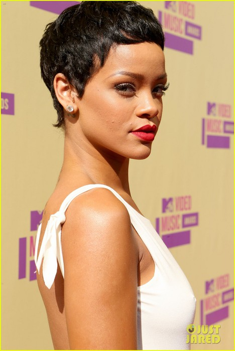 rihanna-debuts-new-short-hair-on-mtv-vmas-red-carpet-02 (468x700, 64Kb)