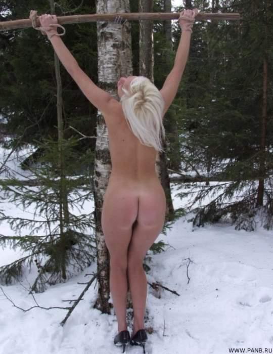 Выебал жопу голая русская рабыня на морозе