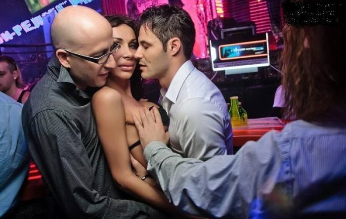 Девушки соблазнили парня в клубе — 10