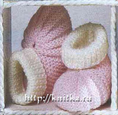 Бело-розовые пинетки - башмачки связаны спицами дял малышей.