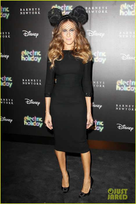 sarah-jessica-parker-disney-electric-holiday-window-unveiling-host-01 (468x700, 77Kb)