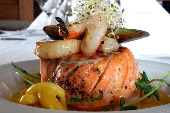 Вкусная соленая скумбрия, приготовленная в луковой шелухе, станет самой любимой альтернативой копченой рыбе.