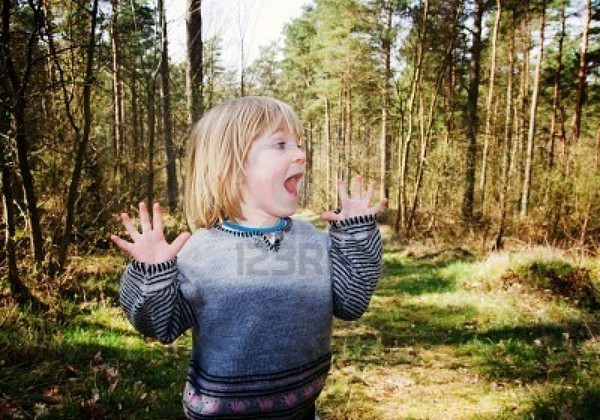 5780204-child-in-forest-looking-scared-or-surprised-boy-in-wood-with-curious-expression (600x420, 107Kb)
