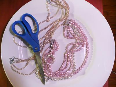 Original_Christmas-Ornament-necklaces-and-scissors_s4x3_lead (400x300, 23Kb)