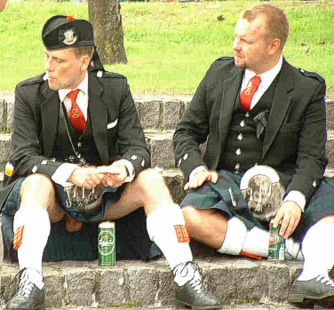 1358478217_the_kilt_youth__annakubryakovalivejournalcom_17616html___under_the_kilt_3 (376x349, 148Kb)