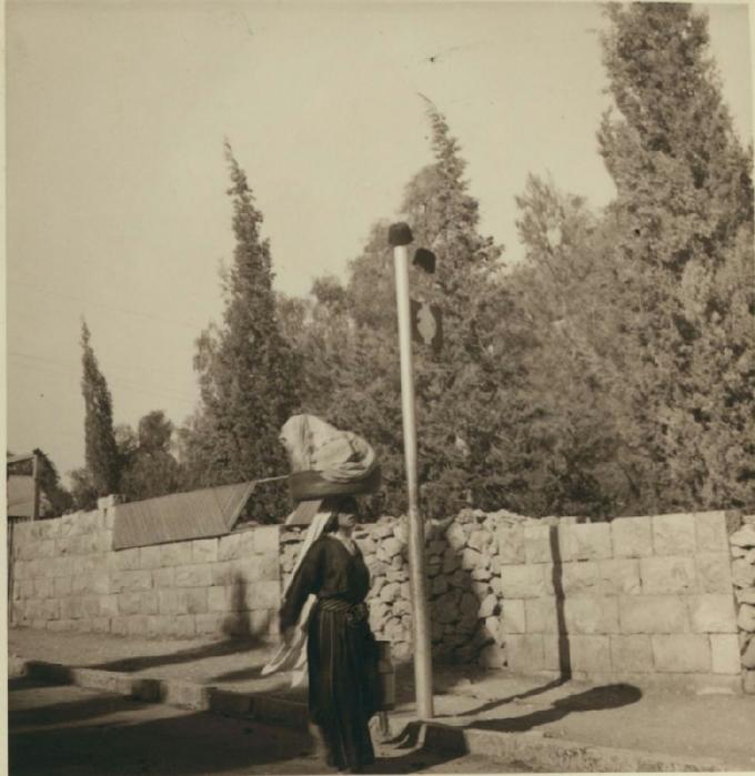 22 Фески размещены на столбе возле автобусной остановки в американской колонии. 29 августа - 8 сентября (680x700, 314Kb)