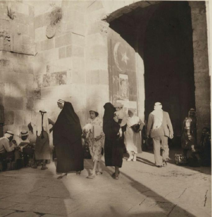 24 Мусульманские женщины с прикрытыми лицами. 9 августа - 8 сентября (682x700, 284Kb)