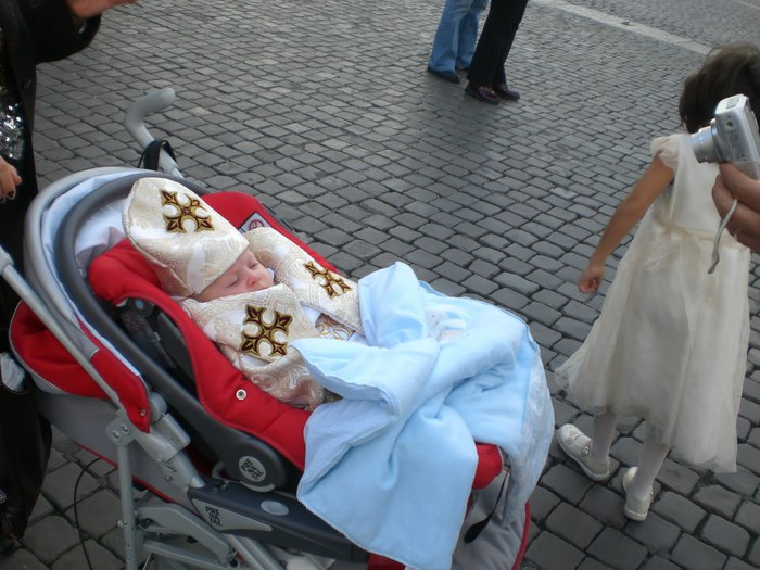 1360887591_Vatican_City__FaithHOPECharity_Parents_Bring_their_Newborn_to_the_Vatican_to_Celebrate_orbiscatholicussecundusblogspotcom___2008_baby_vatican (700x525, 87Kb)