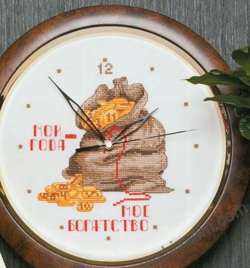 Отличной идеей, чтобы разнообразить интерьер, могут стать вышитые часы на кухню, закрепленные на каркас старых часов.