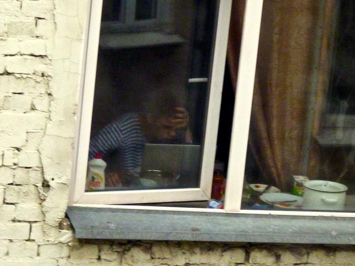 stonet-seksa-podglyadivaet-v-okno-za-sosedkoy
