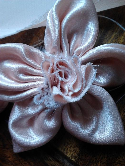 Нежный цветочек из ткани. Мастер-класс (21) (525x700, 282Kb)