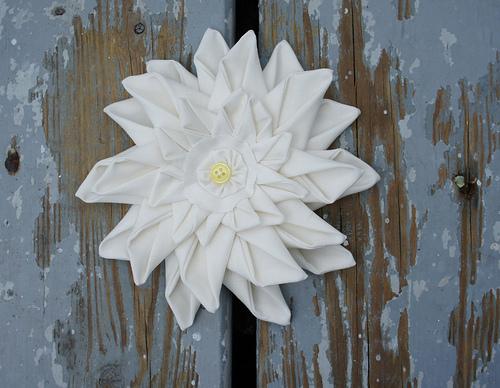 Цветок из ткани для декора подушки (2) (500x388, 228Kb)