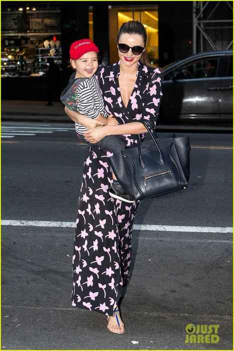 miranda-kerr-steps-out-with-her-lil-romeo-flynn-01 (468x700, 108Kb)
