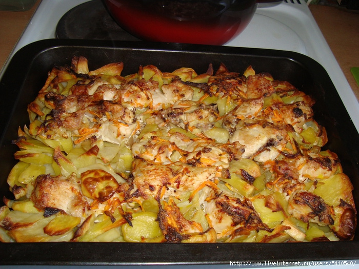 Самый легкий способ накормить нежданных гостей горячим и вкусным блюдом - это приготовить картошку с курицей.