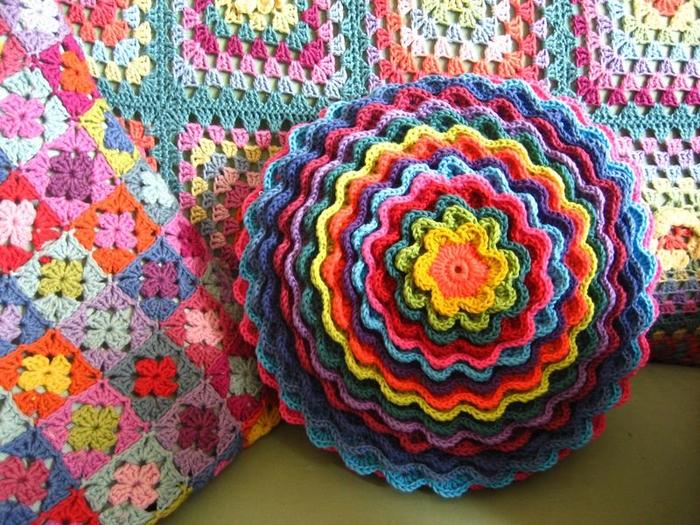 Вяжем декоративные подушки крючком