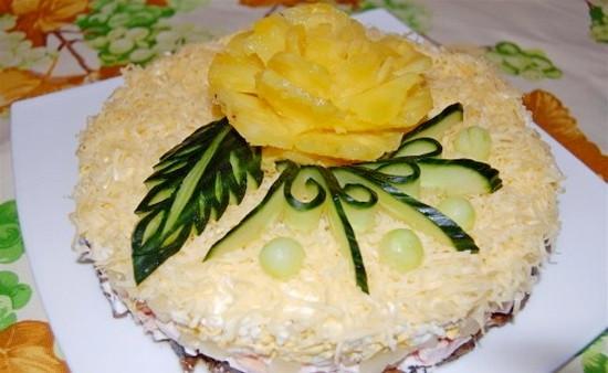 Салат с ананасами курицей черносливом и орехами