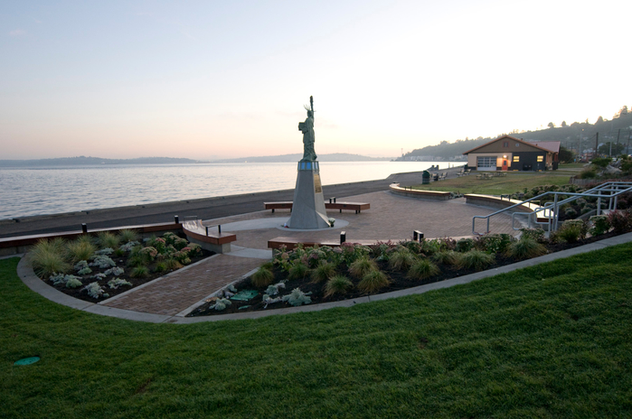 Alki_Statue_of_Liberty_Plaza_01 (700x464, 324Kb)