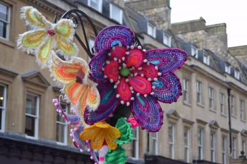 6011027_Be_Forever_Friends_Bath_in_Fashion_2016_yarnbomb_supporting_the_RUH_Forever_Friends_cancer_care_appeal (360x240, 20Kb)