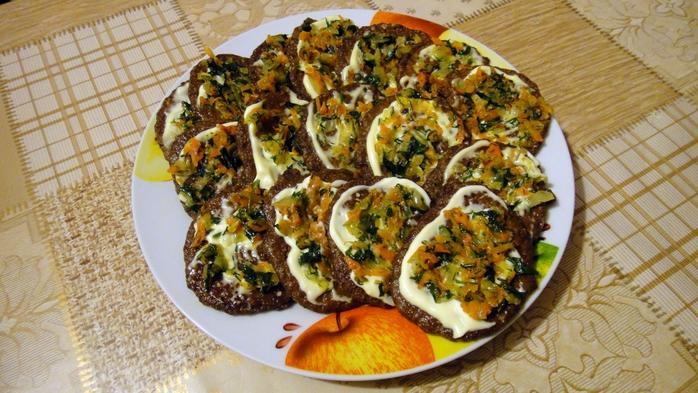 Печеночные оладьи с майонезом и чесноком рецепт 3