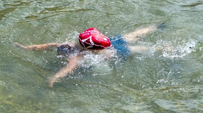 Немец из Мюнхена каждый день добирается на работу, переплывая реку