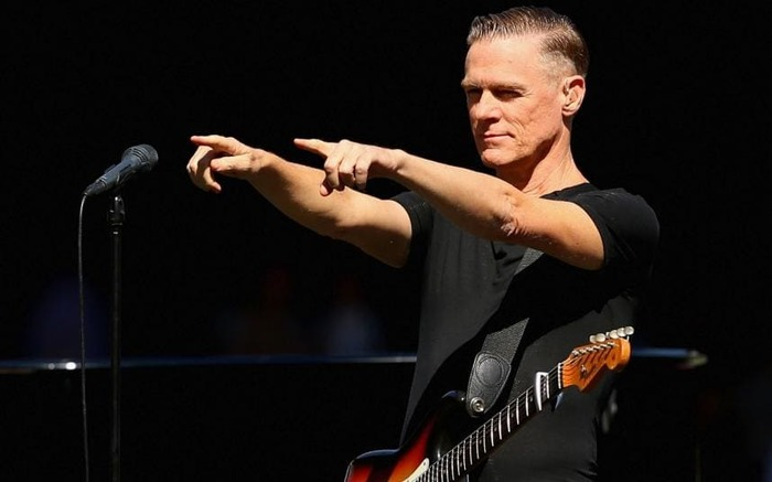 Bryan Adams performs during the 2015 AFL Grand Final-xlarge (700x437, 45Kb)