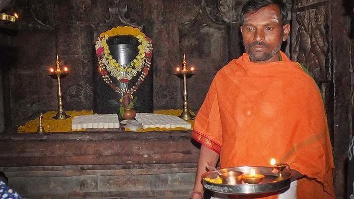 Священный лингам в храме Вирупакши. Паттадакал. Индия/3673959_11 (700x393, 51Kb)