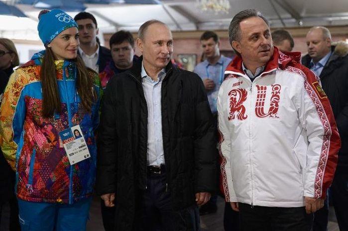 617585-le-president-russe-vladimir-poutine-visite-le-village-olympique-de-sotchi-aux-cotes-de-la-championne (700x464, 58Kb)