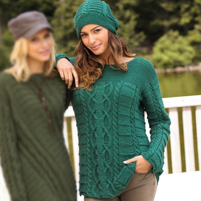 Джемпер иссиня-зеленого цвета с рельефным узором.