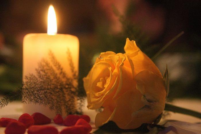 свечи с розами фото мужчина всегда выделяется