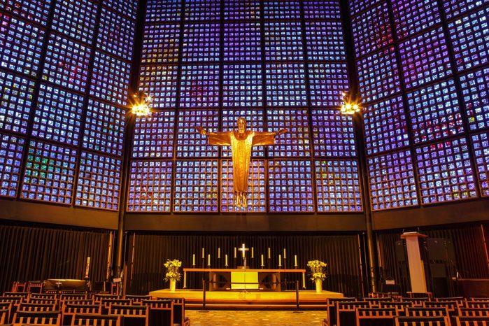 deutschland-berlin-der-innenraum-der-evangelischen-kaiser-wilhelm-gedacc88chtniskirche-in-berlin-deutschland-wird-von-20-000-glasfenstern-in-ein-faszinierendes-blaues-licht-getaucht-ariy-s-1200x800 (900x666, 132Kb)