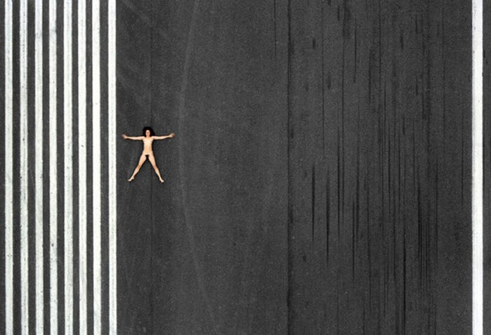 Джон Кроуфорд снял обнаженную жену в серии аэрофотографий