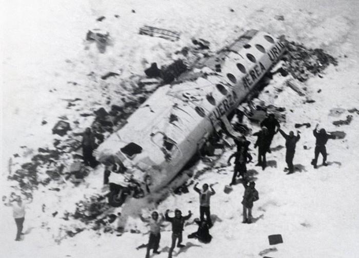 Пассажиры упавшего самолета съели тела погибших, чтобы выжить: история невероятного спасения